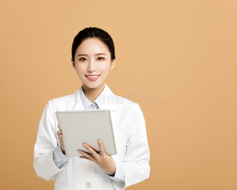 Ασιατικός φαρμακοποιός γυναικών με την ταμπλέτα στοκ φωτογραφίες