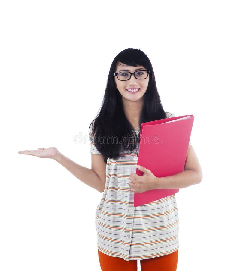 Ασιατικός φοιτητής πανεπιστημίου που παρουσιάζει κάτι στο copyspace στοκ φωτογραφία