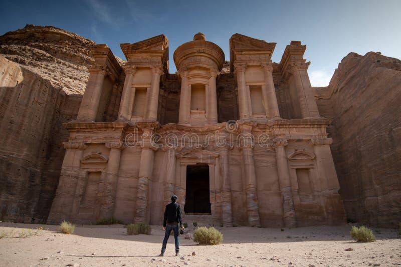 Ασιατικός φωτογράφος που στέκεται στη Petra, Ιορδανία στοκ φωτογραφία