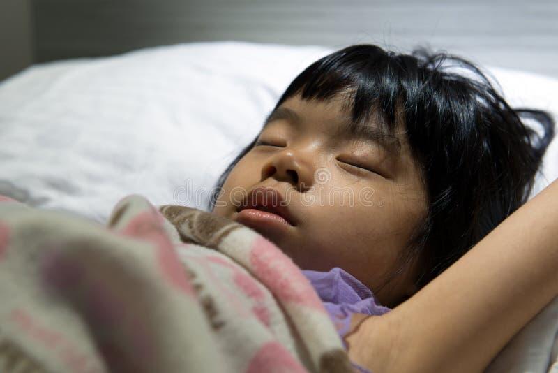 Ασιατικός ύπνος παιδιών στοκ φωτογραφίες