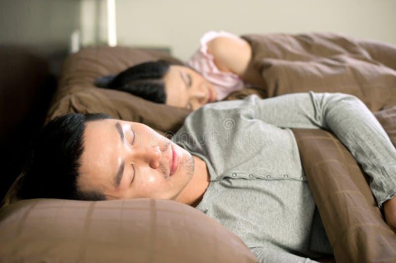 ασιατικός ύπνος τρόπου ζωής ζευγών στοκ εικόνες