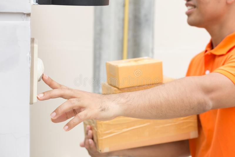 Ασιατικό άτομο με τους χτυπώντας πελάτες κιβωτίων δεμάτων doorbell στοκ εικόνα με δικαίωμα ελεύθερης χρήσης