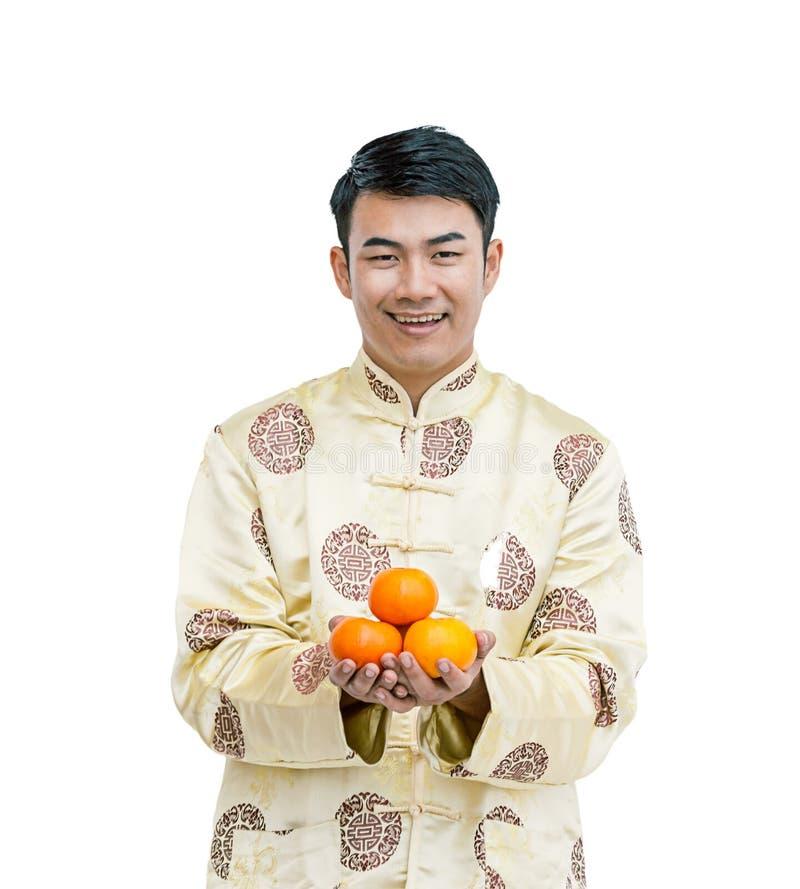 Ασιατικό άτομο με το πορτοκάλι εκμετάλλευσης cheongsam απομονωμένο πνεύμα υποβάθρου στοκ εικόνα