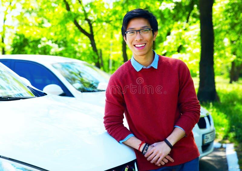 Ασιατικό άτομο που κλίνει στο αυτοκίνητο στοκ εικόνες με δικαίωμα ελεύθερης χρήσης