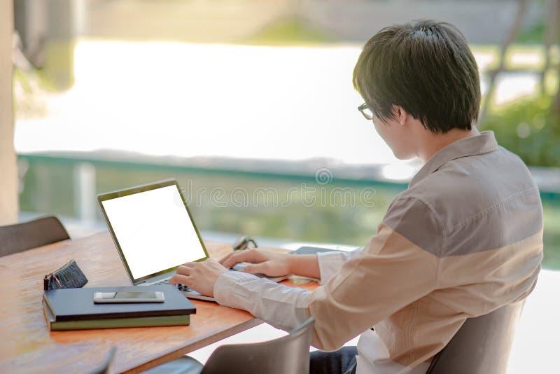 Ασιατικό άτομο σπουδαστών που εργάζεται με το lap-top στο κολλέγιο στοκ φωτογραφία με δικαίωμα ελεύθερης χρήσης