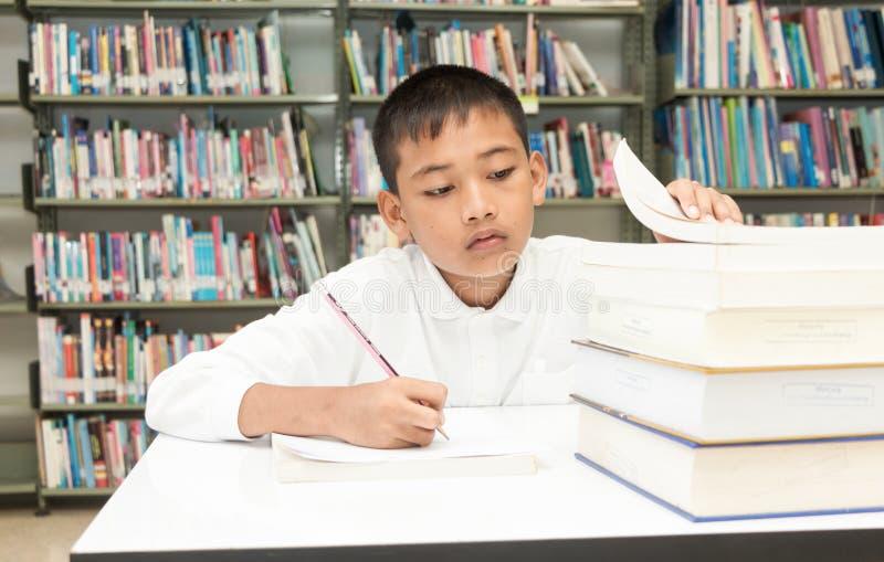 ασιατικό αγόρι που κάνει την εργασία στοκ εικόνες