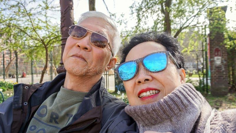 Ασιατικό ανώτερο ταξίδι retirment ζευγών sefie ευτυχές στην Ευρώπη στοκ εικόνα με δικαίωμα ελεύθερης χρήσης