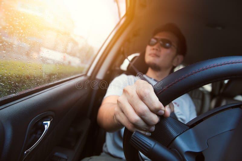 Ασιατικό γυαλί ήλιων εμπορευμάτων ατόμων αρσενικό που οδηγεί ένα αυτοκίνητο στοκ εικόνες