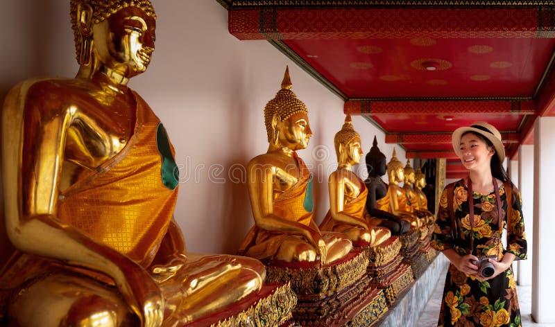 Ασιατικό γυναικείο ταξίδι στο ναό Wat Pho και το μεγάλο παλάτι στοκ φωτογραφία με δικαίωμα ελεύθερης χρήσης