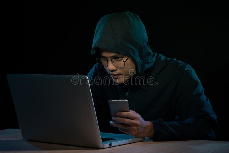 Ασιατικό δίκτυο υπολογιστών χάραξης χάκερ με το lap-top στο σκοτάδι Cyber στοκ φωτογραφία με δικαίωμα ελεύθερης χρήσης