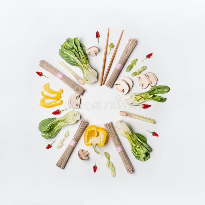 Ασιατικό δημιουργικό σχεδιάγραμμα τροφίμων γύρω από το πλαίσιο στο άσπρο υπόβαθρο γραφείων, τοπ άποψη Ασιατικά συστατικά κουζίνας στοκ φωτογραφία με δικαίωμα ελεύθερης χρήσης