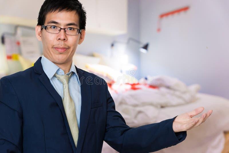 Ασιατικό επιχειρησιακό άτομο στην παρουσίαση κοστουμιών στοκ φωτογραφία