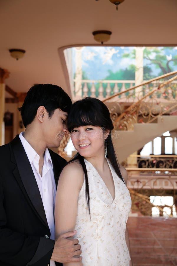 Ασιατικό ζεύγος εσωτερικό στοκ φωτογραφία με δικαίωμα ελεύθερης χρήσης