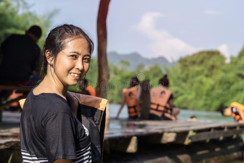 Ασιατικό θηλυκό στη συνεδρίαση σακακιών ζωής κοντά στον ποταμό στο kanchanaburi Ταϊλάνδη στοκ εικόνα