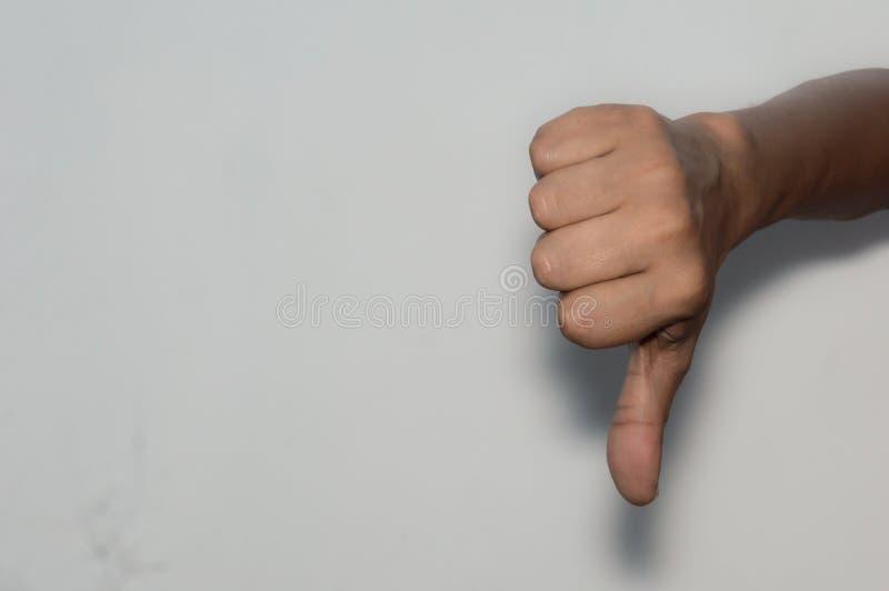 Ασιατικό καυκάσιο επιχειρησιακό άτομο που παρουσιάζει πλήγματα κάτω, απομονωμένη άσπρο υπόβαθρο στοκ εικόνες
