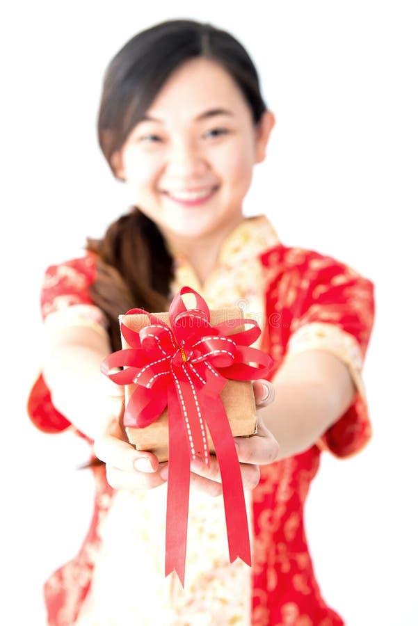 Ασιατικό κιβώτιο δώρων εκμετάλλευσης γυναικών στοκ εικόνα με δικαίωμα ελεύθερης χρήσης