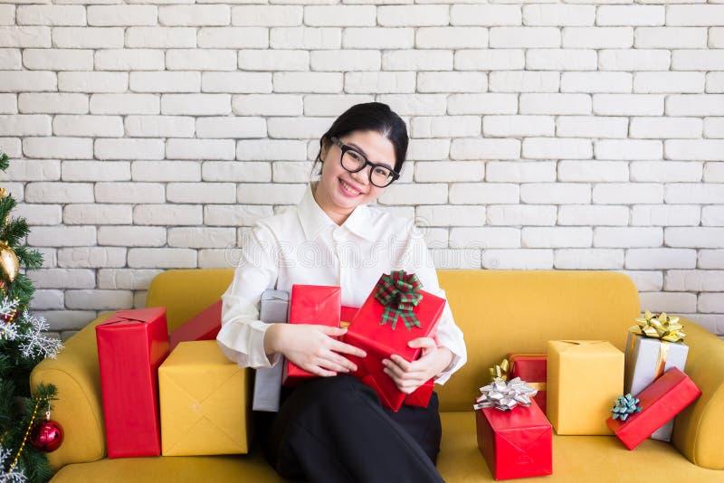 Ασιατικό κιβώτιο δώρων Χριστουγέννων εκμετάλλευσης κοριτσιών εφήβων, ευτυχής και χαμογελώντας στοκ εικόνα