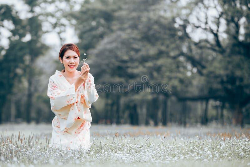 Ασιατικό κιμονό νέων κοριτσιών στοκ φωτογραφία με δικαίωμα ελεύθερης χρήσης