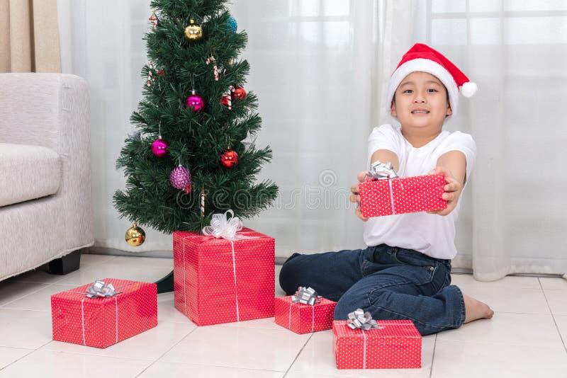 Ασιατικό κινεζικό κιβώτιο δώρων Χριστουγέννων εκμετάλλευσης μικρών παιδιών στοκ φωτογραφία