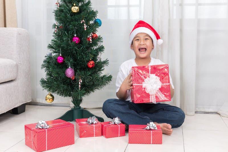Ασιατικό κινεζικό κιβώτιο δώρων Χριστουγέννων εκμετάλλευσης μικρών παιδιών στοκ φωτογραφία με δικαίωμα ελεύθερης χρήσης