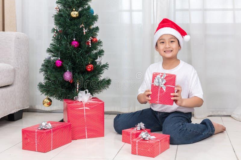 Ασιατικό κινεζικό κιβώτιο δώρων Χριστουγέννων εκμετάλλευσης μικρών παιδιών στοκ φωτογραφίες