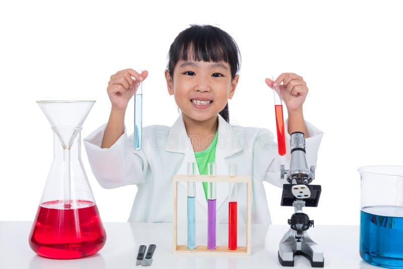 Ασιατικό κινεζικό μικρό κορίτσι που εργάζεται με το σωλήνα δοκιμής στοκ φωτογραφία
