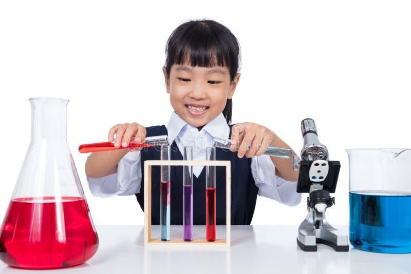 Ασιατικό κινεζικό μικρό κορίτσι που εργάζεται με το σωλήνα δοκιμής στοκ εικόνες με δικαίωμα ελεύθερης χρήσης