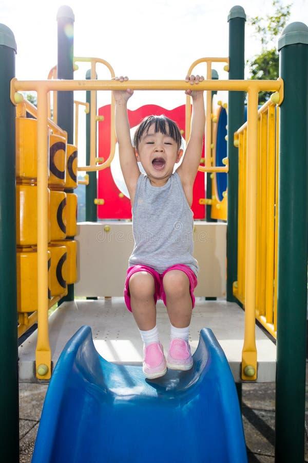 Ασιατικό κινεζικό μικρό κορίτσι που κάνει τις ασκήσεις στοκ εικόνα