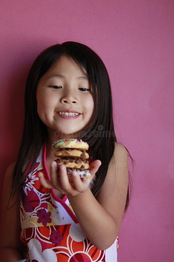 ασιατικό κορίτσι μπισκότω& στοκ εικόνα με δικαίωμα ελεύθερης χρήσης