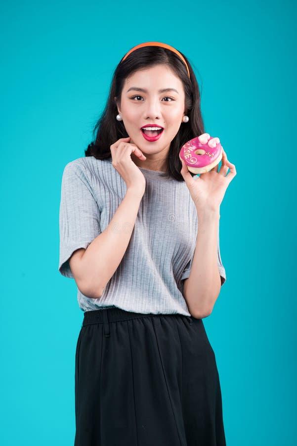 Ασιατικό κορίτσι ομορφιάς που κρατά ρόδινο doughnut Αναδρομική χαρούμενη γυναίκα με το sw στοκ εικόνες με δικαίωμα ελεύθερης χρήσης