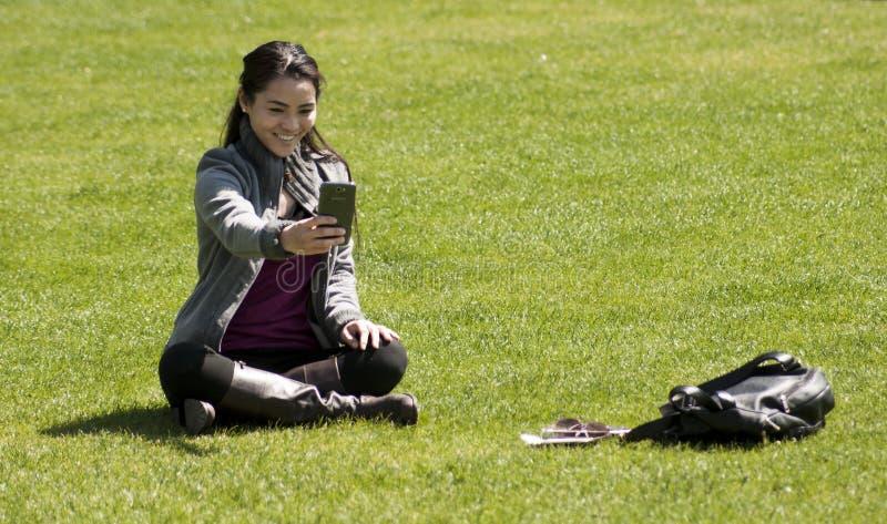 Ασιατικό κορίτσι που παίρνει selfie τη φωτογραφία στοκ φωτογραφία με δικαίωμα ελεύθερης χρήσης