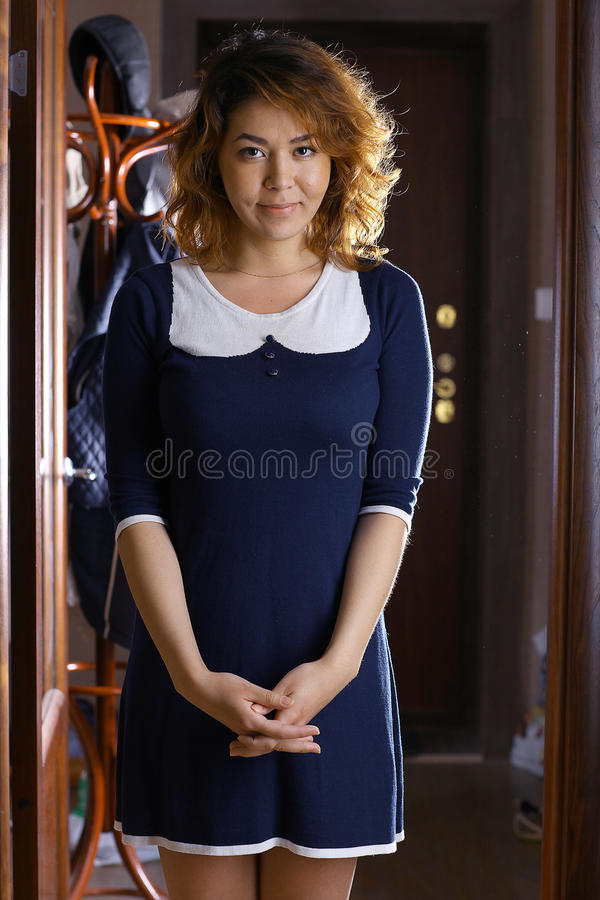 Ασιατικό κορίτσι σε ένα ξενοδοχείο σε ένα φόρεμα στοκ εικόνα με δικαίωμα ελεύθερης χρήσης