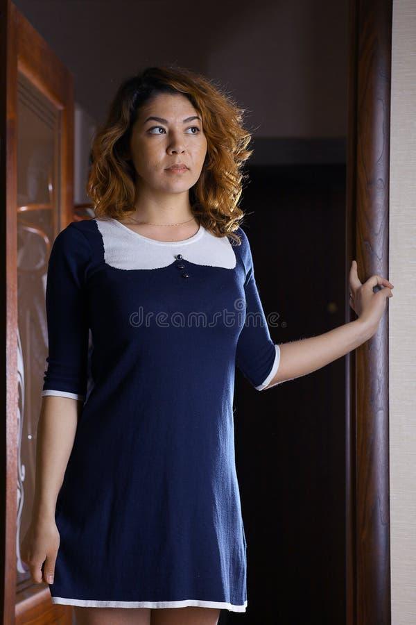 Ασιατικό κορίτσι σε ένα ξενοδοχείο σε ένα φόρεμα στοκ φωτογραφία