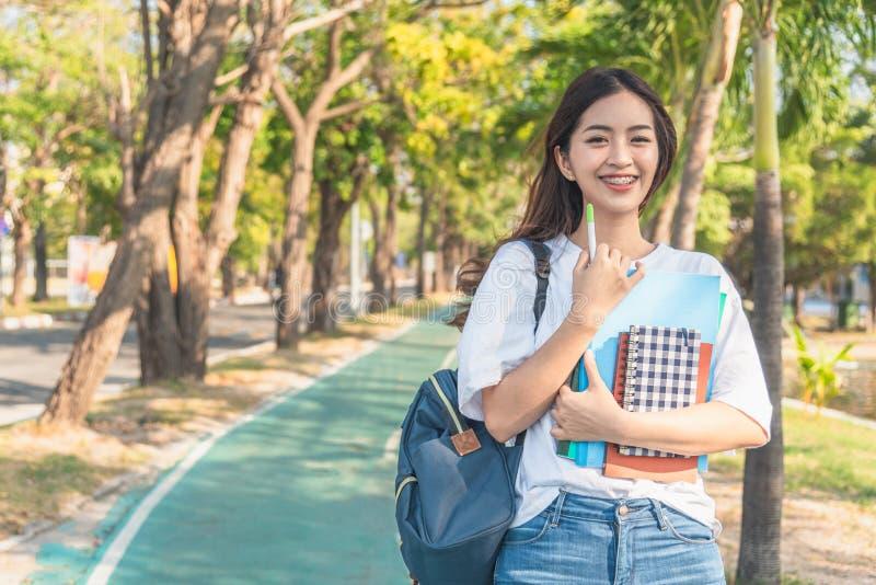 Ασιατικό κορίτσι σπουδαστών πίσω στο σχολικό πανεπιστήμιο στοκ φωτογραφία με δικαίωμα ελεύθερης χρήσης