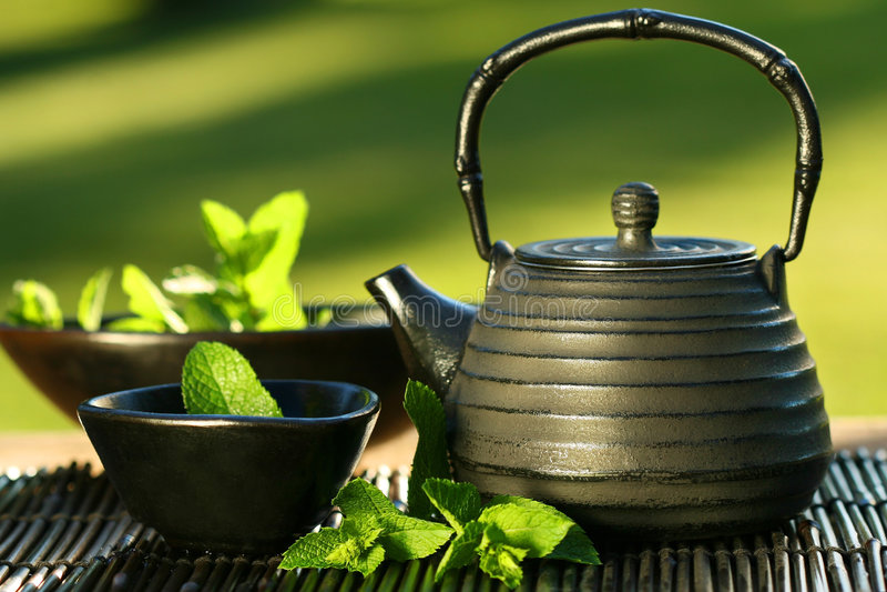 ασιατικό μαύρο teapot τσαγιού μεντών στοκ φωτογραφία