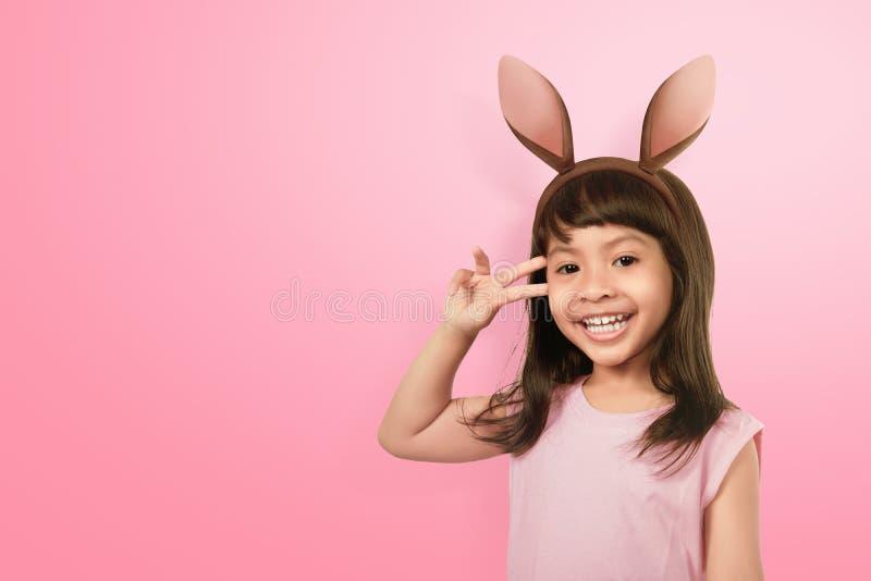 Ασιατικό μικρό κορίτσι διασκέδασης που φορά τα αυτιά λαγουδάκι την ημέρα Πάσχας στοκ φωτογραφίες