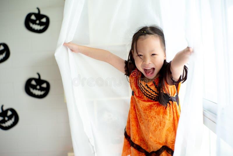 Ασιατικό μικρό κορίτσι πορτρέτου που παίζει και που κρύβει στο λευκό καθαρό στοκ εικόνες με δικαίωμα ελεύθερης χρήσης