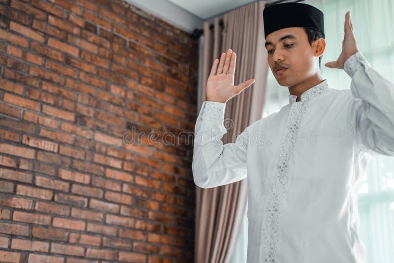 Ασιατικό μουσουλμανικό άτομο solat και takbir στοκ φωτογραφίες