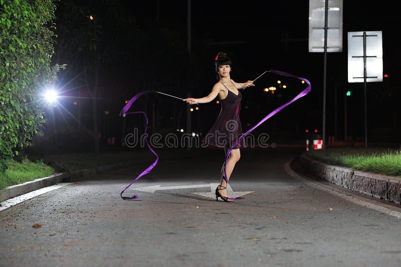 Ασιατικό μπαλέτο χορού κοριτσιών στο δρόμο τη νύχτα στοκ εικόνες