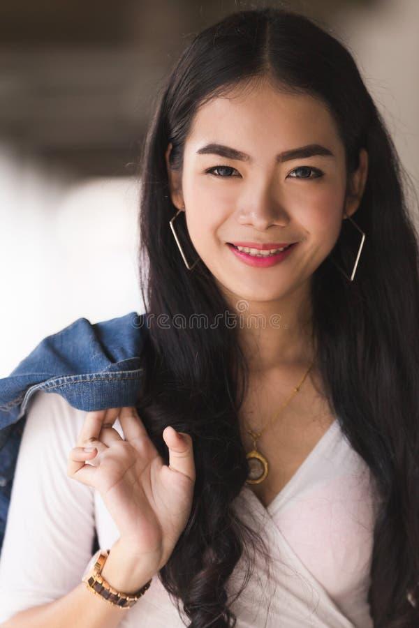 Ασιατικό νέο κορίτσι πορτρέτου στοκ φωτογραφία