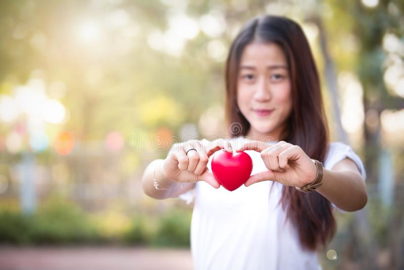 Ασιατικό νέο κορίτσι Beautyful που κρατά την κόκκινη καρδιά στοκ φωτογραφία με δικαίωμα ελεύθερης χρήσης