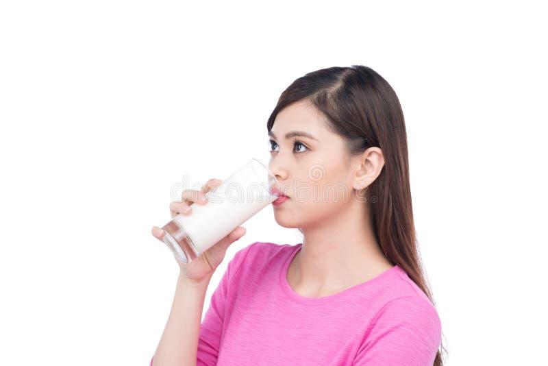 Ασιατικό νέο πόσιμο γάλα γυναικών στοκ φωτογραφίες