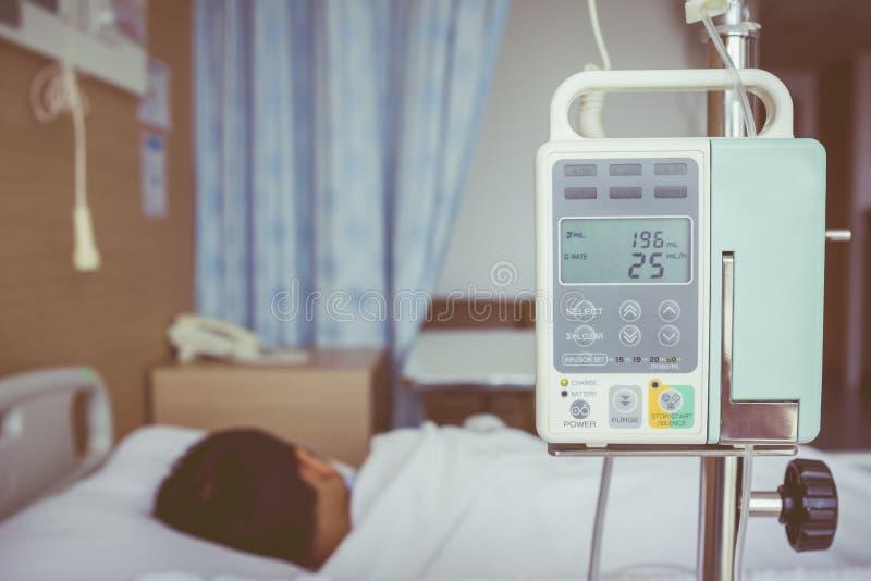 Ασιατικό να βρεθεί αγοριών επάνω με ενδοφλέβιο IV dri αντλιών έγχυσης στοκ εικόνες με δικαίωμα ελεύθερης χρήσης