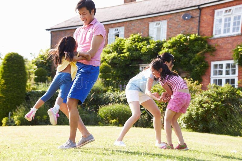Ασιατικό οικογενειακό παιχνίδι στο θερινό κήπο από κοινού στοκ φωτογραφίες