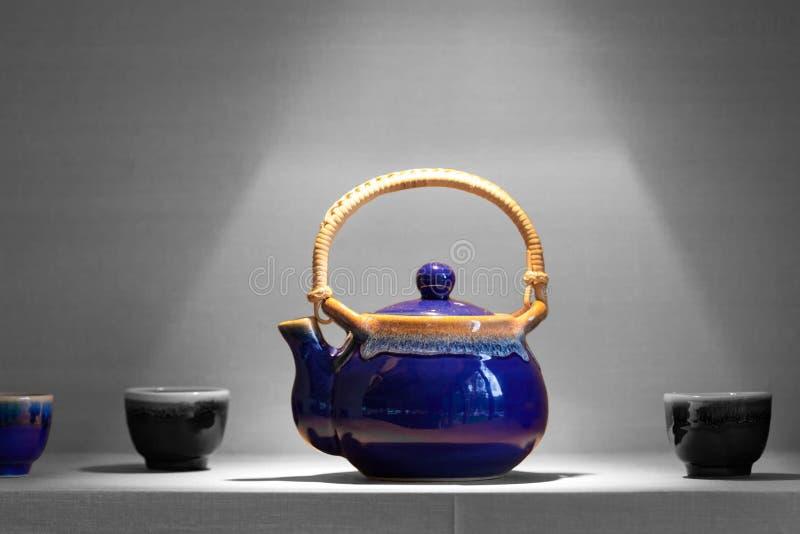 Ασιατικό δοχείο τσαγιού με τα φλυτζάνια στοκ εικόνες
