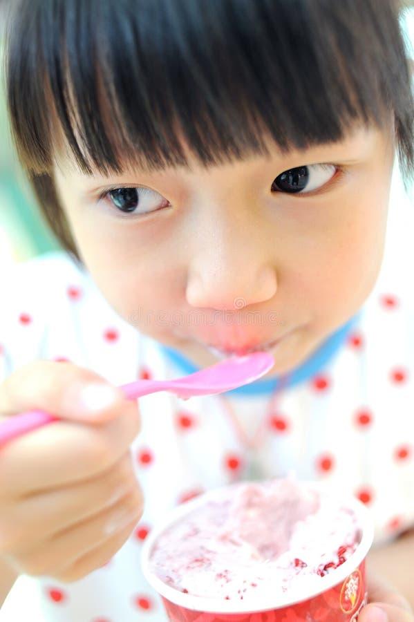 Ασιατικό παιδί που τρώει το παγωτό στοκ φωτογραφίες
