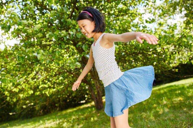 Ασιατικό παιχνίδι κοριτσιών το καλοκαίρι στοκ εικόνες