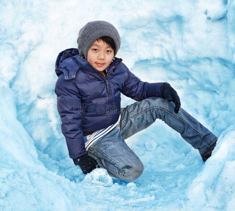 Ασιατικό παιχνίδι αγοριών στο χιόνι στοκ φωτογραφίες