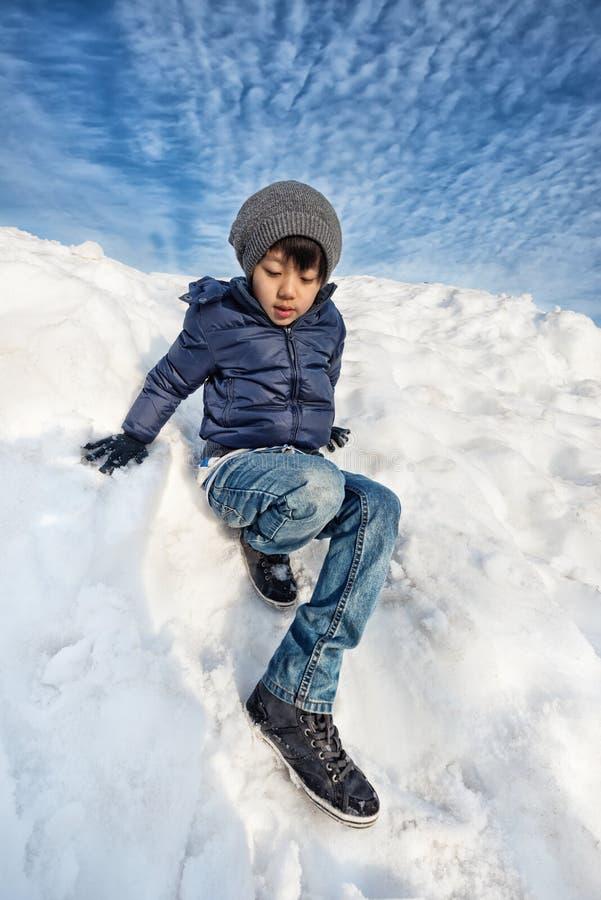 Ασιατικό παιχνίδι αγοριών στο χιόνι στοκ φωτογραφίες με δικαίωμα ελεύθερης χρήσης