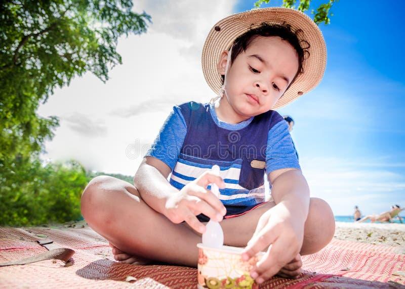Ασιατικό παιδί που τρώει το παγωτό στοκ εικόνες